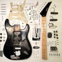 Guitarra totalmente desmontada e com todas as peças expostas.